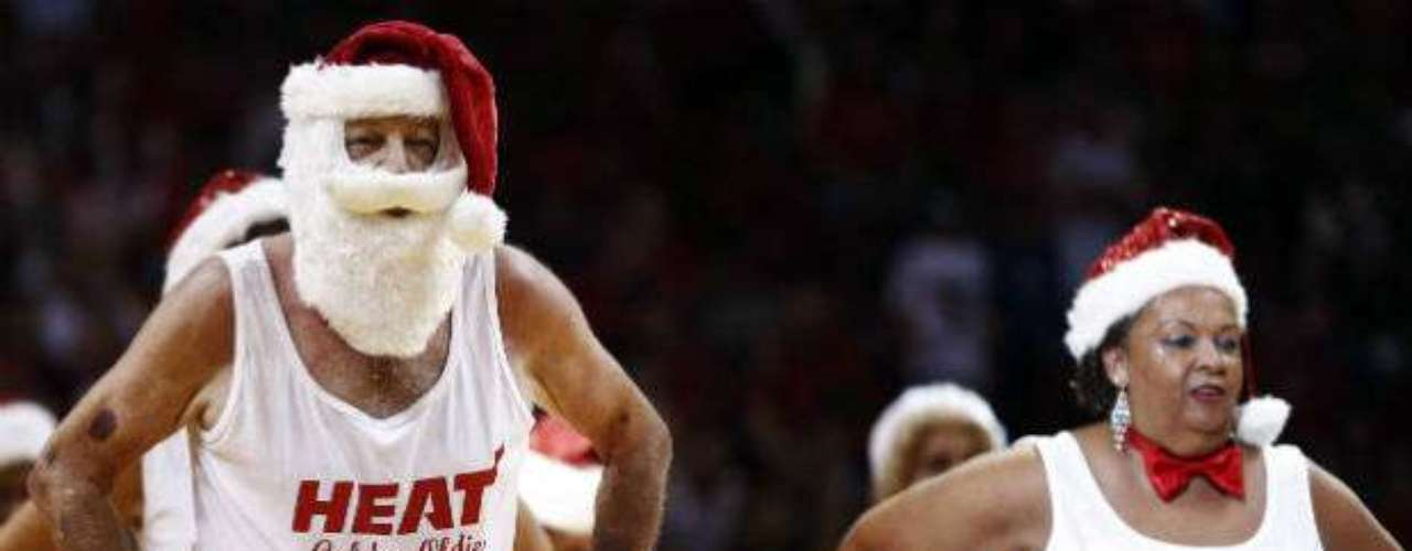 Con motivo de la Navidad, el color en la duela no faltó en el juego.