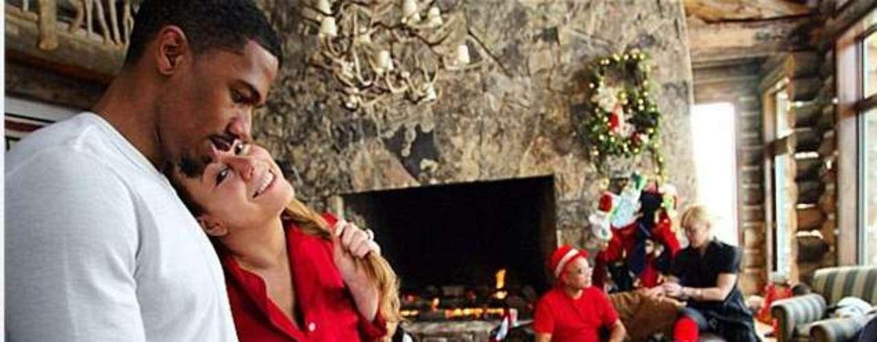 Mariah Carey se abraza a su esposo, mientras la familia celebra la femporada de fiestas en su casa.