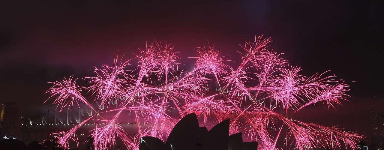 Fuegos artificiales en tonos rosas iluminanaron el cielo de Sydney para recibir al año 2013.