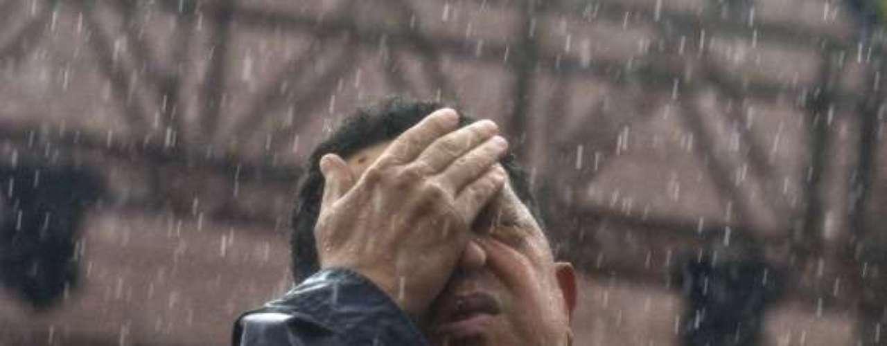 Gesto de cansancio bajo la lluvia durante la última campaña electoral de 2012