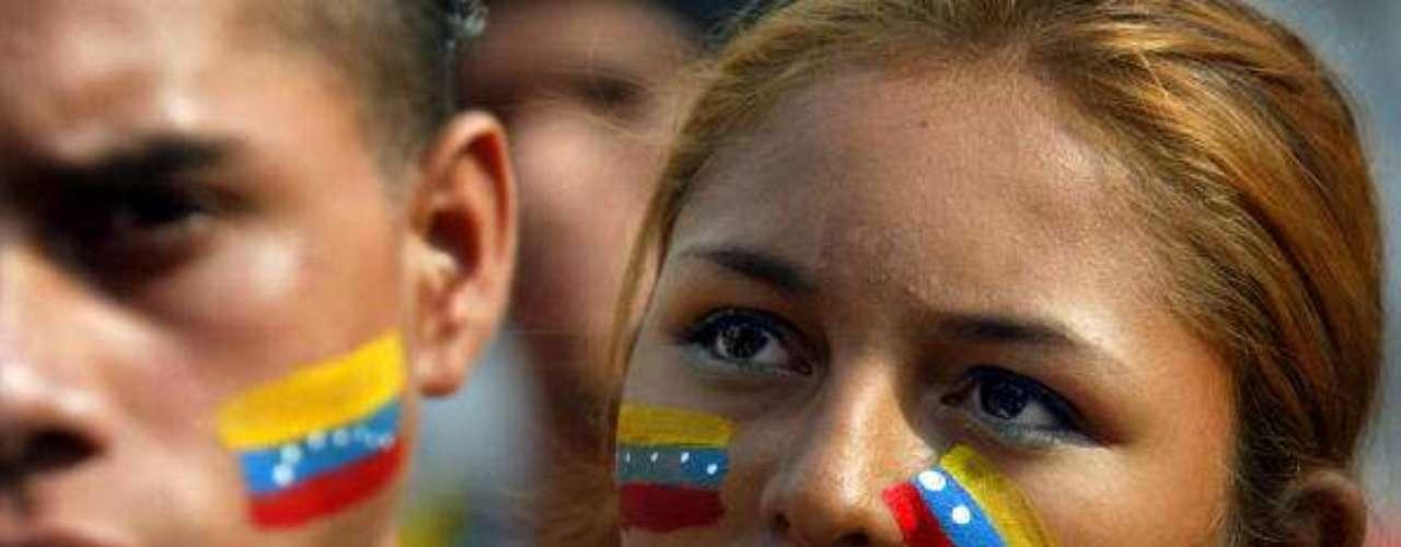 Jóvenes partidarios de Chávez durante un mitin en las calles de Caracas en 2012