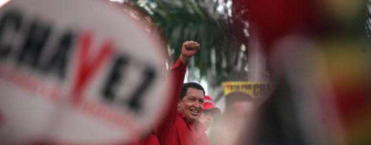Elecciones de 2006 el presidente agradece  a sus votantes la nueva reelección en las calles de Caracas