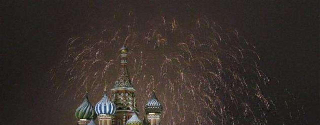 La Plaza Roja de Moscú es bella y espectacular en cualquier época, pero durante la celebración de fin de año viste un toque único. Miles de personas dirigen su vista a la Catedral de San Basilio para contemplar un espectáculo único de luces.