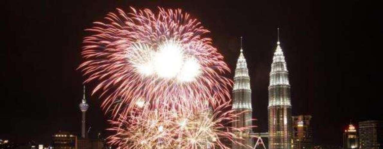 Las Torres Petronas son parte de los atractivos que ofrece Malasia. De ahí que este lugar organice una de las celebraciones de fin de año con más color y luz de todo el mundo.