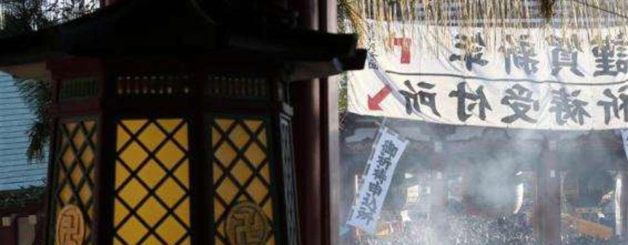 Tokio es uno de los sitios más poblados del mundo. Por ello, no sorprende que en el marco de la despedida del año 2012, miles de personas salgan a las calles a celebrar la llegada de 2013.