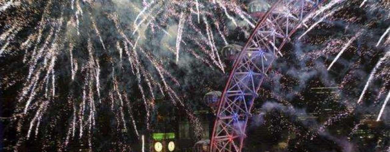 Con fuegos artificiales cerca de London Eye, Londres despide uno de los mejores años de su historia, durante el cual estuvieron en la mira del mundo por la realización de los Juegos Olímpicos.