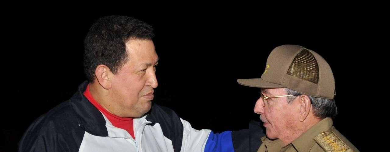 El 10 de diciembre el presidente Venezolano, Hugo Chávez, llegó a Cuba para recibir su tratamineto y fue recibido por Raúl Castro. Hoy la noticia de que se encuentra bajo un coma inducido tras su operación le ha dado la vuelta al mundo. El cáncer ha cambiado el aspecto físico de Chávez y Terra ha hecho una recopilación de las imágenes más impactantes.