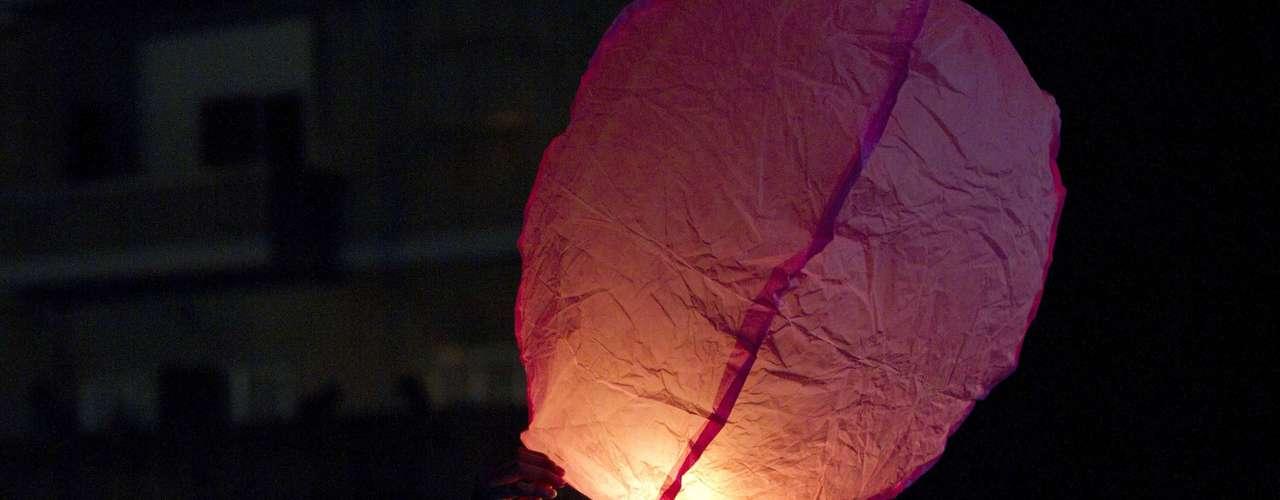 En Israel este ciudadano eleva un globo que simboliza su deseo de paz para el 2013.
