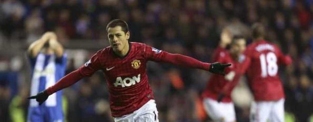 Con un par de goles de Robin van Persie, que lleva 14 anotaciones y es líder de goleo individual, más dos anotaciones de Javier Hernández que aprovecha los momentos que le tocan jugar, el Manchester United se impuso 4-0 a Wigan para confirmarse como puntero único de la Premier con 52 puntos.