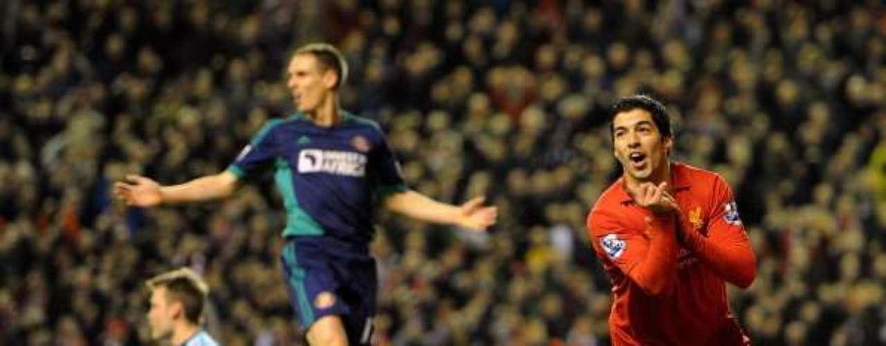 Luis Suárez consiguió un doblete en la vital victoria de Liverpool de 3-0 ante Sunderland, con lo que escalaron al octavo sitio general y por fin aspiran a puestos europeos.