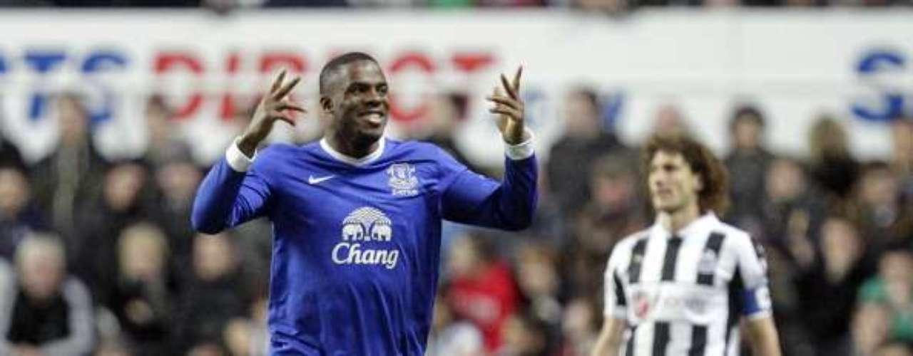 Victor Anichebe celebra la victoria de 2-1 de Everton en la casa del Newcastle.