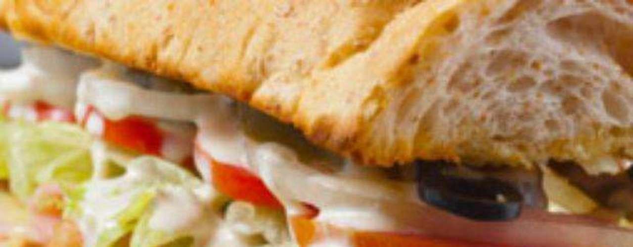 Incluir verduras en el desayuno y en la cena. Por ejemplo, se puede consumir un sándwich con jitomate, lechuga, pepino y espinaca; sincronizadas con salsa mexicana, o una ensalada con pollo.