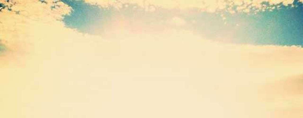 Alessandra Ambrosio está en Brasil y el primer día del año corrió a la playa. Se ve que extrañaba mucho el sol y el mar.