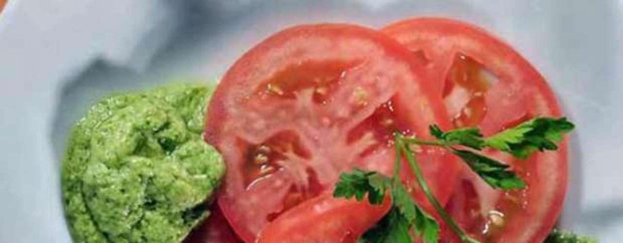 Otras características de los vegetales rojos, como el tomate o el betabel, es que fortalecen el sistema inmunológico, mejoran el sistema digestivo gracias a la fibra que aportan y estimulan la circulación sanguínea.
