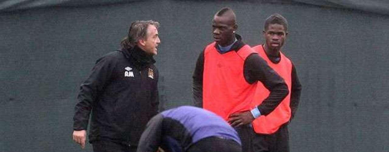 El técnico recrimina a Mario delante de todos sus compañeros.