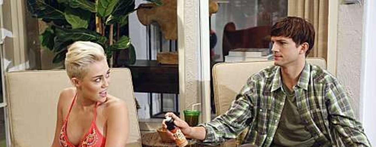 La más reciente aparición de Miley Cyrus en biquini fue en la serie 'Two and half men' en la que salió con su nuevo look rapado. Quién te parece más linda en biquini ¿Selena Gomez o Miley Cyrus?