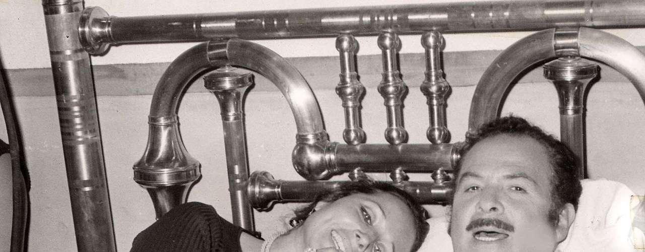 Antonio Aguilar con su esposa Flor Silvestre y su hijo Pepe, hoy también cantante, en su casa, circa 1975. El Charro mexicano marcó una época en cine y en los espectáculos ecuestres con los que recorrió todo el mundo. El Charro de México falleció el 19 de junio del 2007 a causa de una neumonía; tenía 78 años/México, 2007.