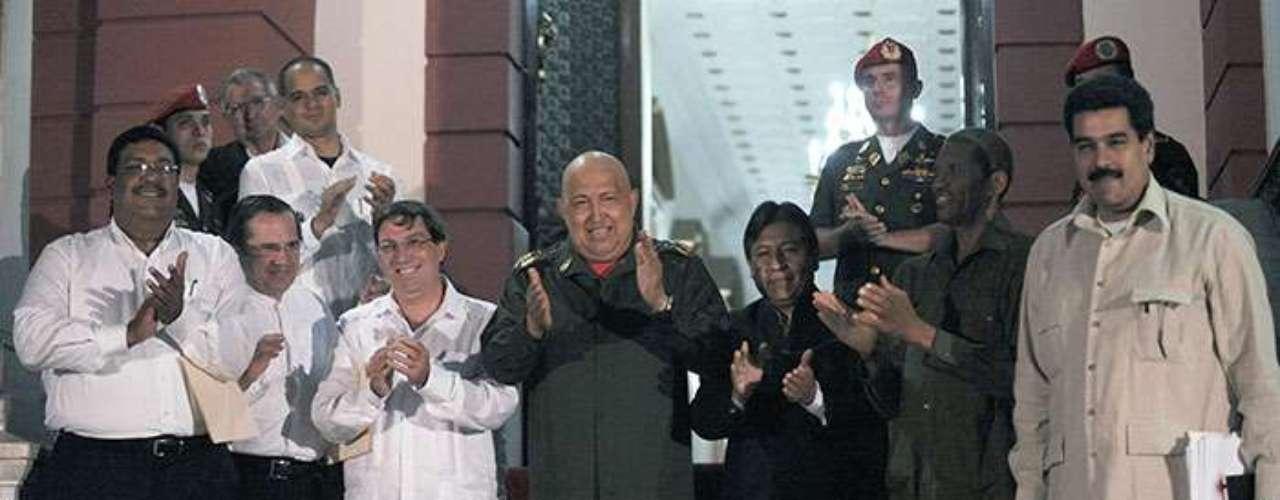 La cúpula del gobierno venezolano se hallaba este jueves en La Habana, según las últimas informaciones, y aún continúan la incógnita sobre qué ocurrirá si Chávez no puede estar presente en el país sudamericano para tomar su cargo.