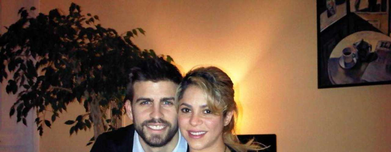 Shakira no tendrá mucha actividad en las redes sociales, pero su novio, Gerard Piqué, se encarga de hacerlo por ella. Primero bromeó que ya eran papás. Después subió esta foto, en la que evidentemente su pareja sigue encinta, y desea a nombre de los dos un gran 2013.