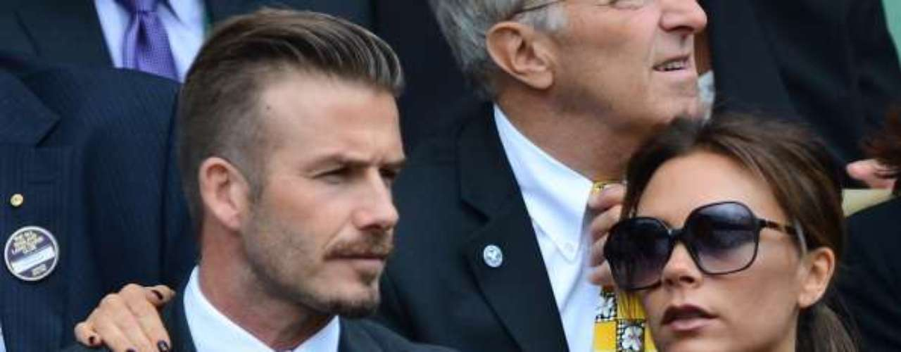 DAVID BECKHAM Y VICTORIA BECKHAM  La ex Spice Girl cayó rendondita como pelota que gira sobre una cancha al conocer a David Beckham, quien se convertiría en ídolo de masas que siguen el soccer y quien hace poco jugara su último partido con el L.A. Galaxy.