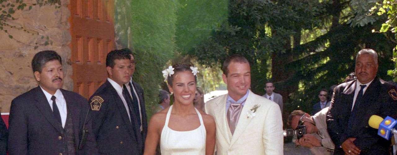 KATE DEL CASTILLO Y LUIS GARCÍA  Aunque a muchos se les olvida, el primer matrimonio de Kate fue con el futbolista Luis García, quien desafortunadamente abusaba físicamente de la actriz.