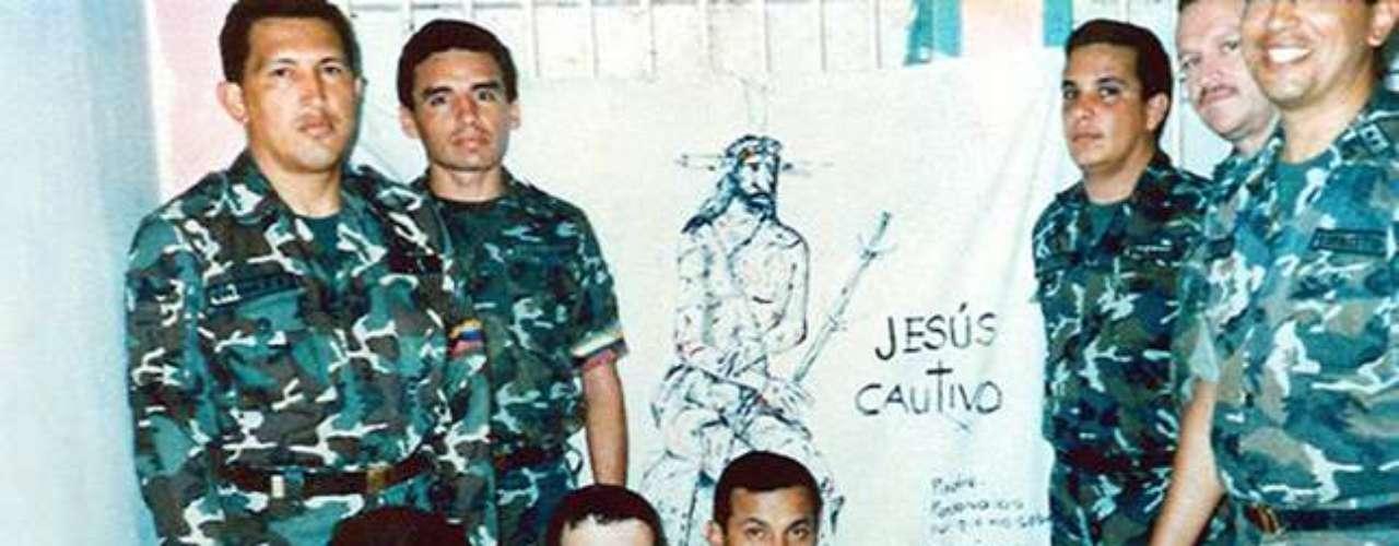 Chávez en prisión junto a otros militares que participaron en el fallido golpe de Estado en 1992.