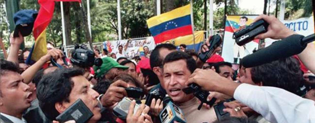 Hugo Chávez habla ante la prensa después de ser liberado tras estar en prisión dos años por el intento de golpe de Estado en 1992.