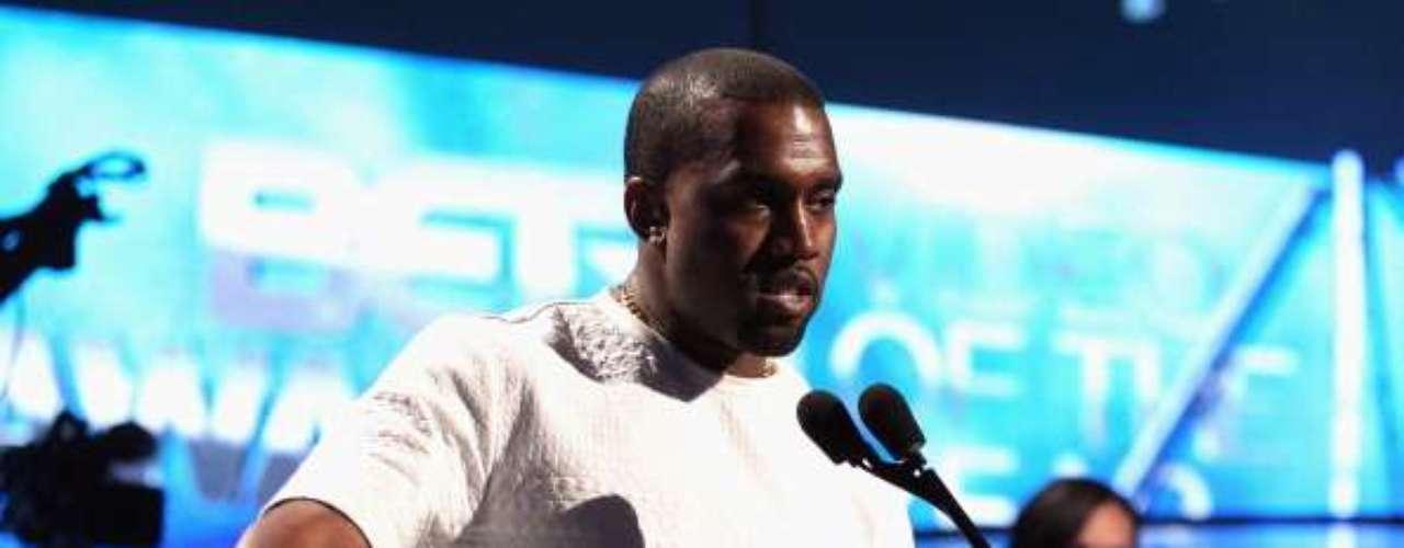 A la pareja de Kim Kardashian, Kanye West, le publicaron varias imágenes en la que aparecía muy ligero de ropa. El sitio RadarOnline obtivo la información.