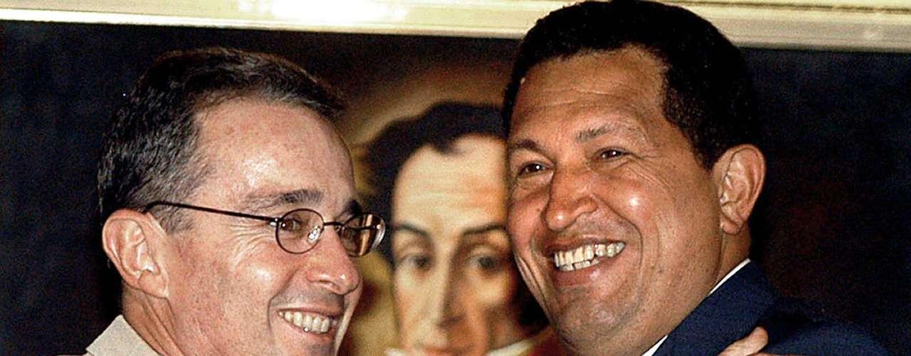 El presidente de Venezuela, Hugo Chávez y su homólogo colombiano Álvaro Uribe sonríen al fin de una conferencia de prensa en el Palacio Presidencial de Miraflores, en Caracas, el 15 de febrero de 2005.
