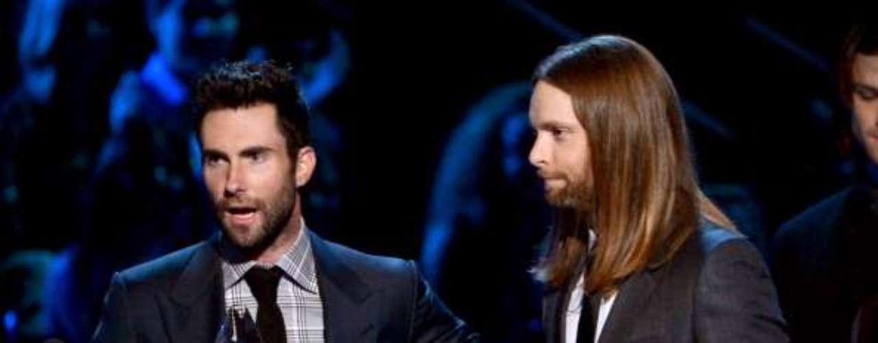 ¡Se puso nervioso! Adam Levine, vocalista de Maroon 5, banda que resultó la favorita de la audiencia, no supo qué decir de agradecimiento y le robó las palabras a Taylor Swift.