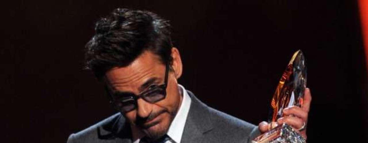 ¡Qué caballeroso! Robert Downey Jr., el Actor Favorito de Cine y Superheroe Favorito , alabó la actuación de Naomi Watts en The Impossible. La actriz fue quien le dio las estatuillas.