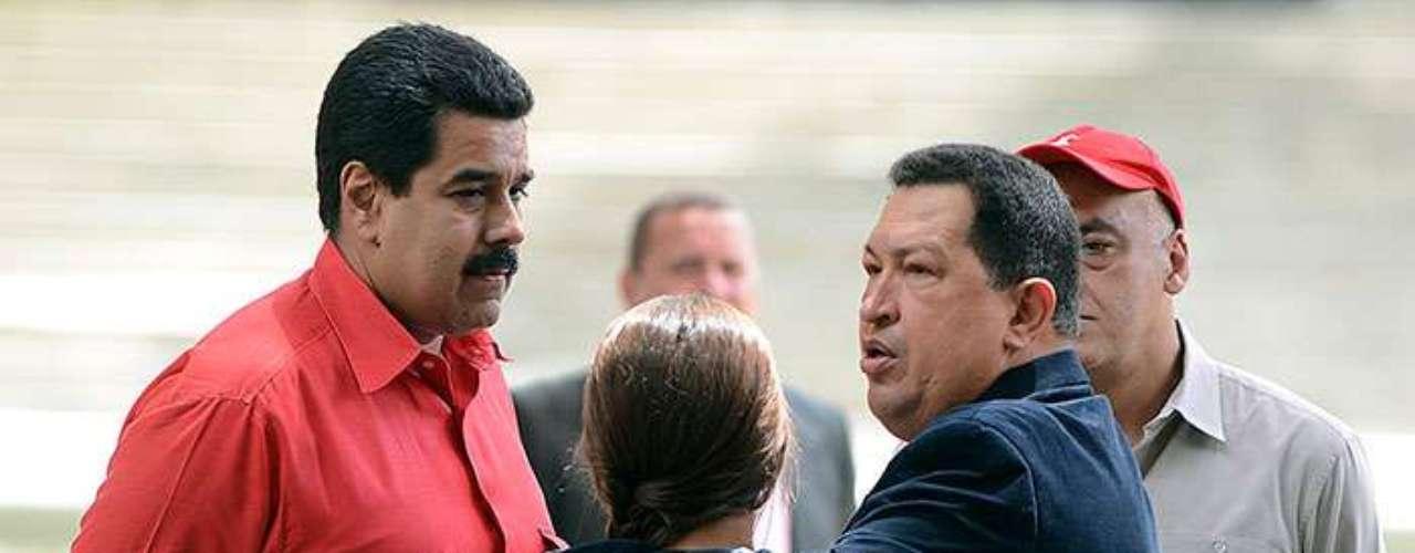 Antes de partir a Cuba, Hugo Chávez dejó a cargo del Gobierno venezolano a vicepresidente Nicolás Maduro. Conforme avanzaban los días y el comandante Chávez no daba señales de mejoría, los chavistas comenzaron a señalar a Maduro como el responsable de continuar al frente del país después del 10 de enero.