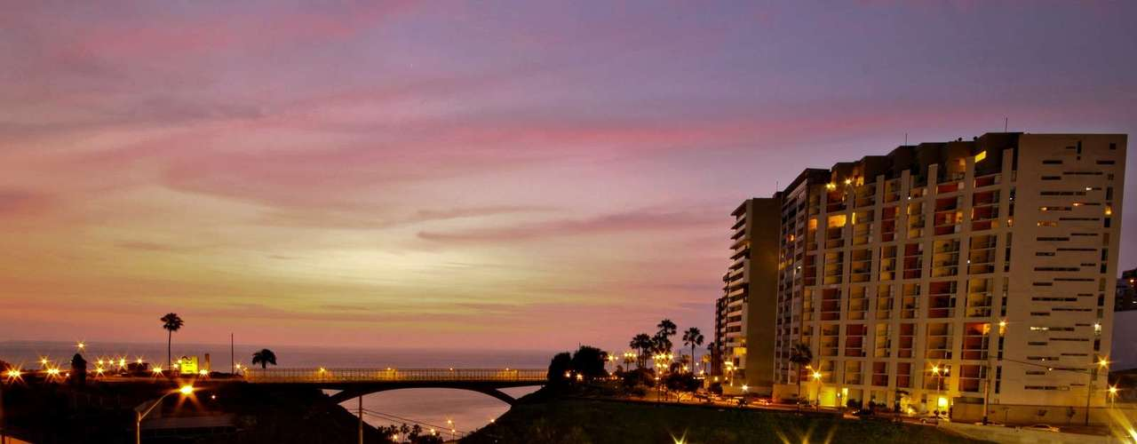 Miraflores es una zona conocida por ser el lugar en donde viven los limeños más acaudalados y punto de encuentro de empresarios, artistas y turistas. Sobresale por sus centros comerciales, restaurantes e incansable vida nocturna; además de sus hermosas vistas al Pacífico.