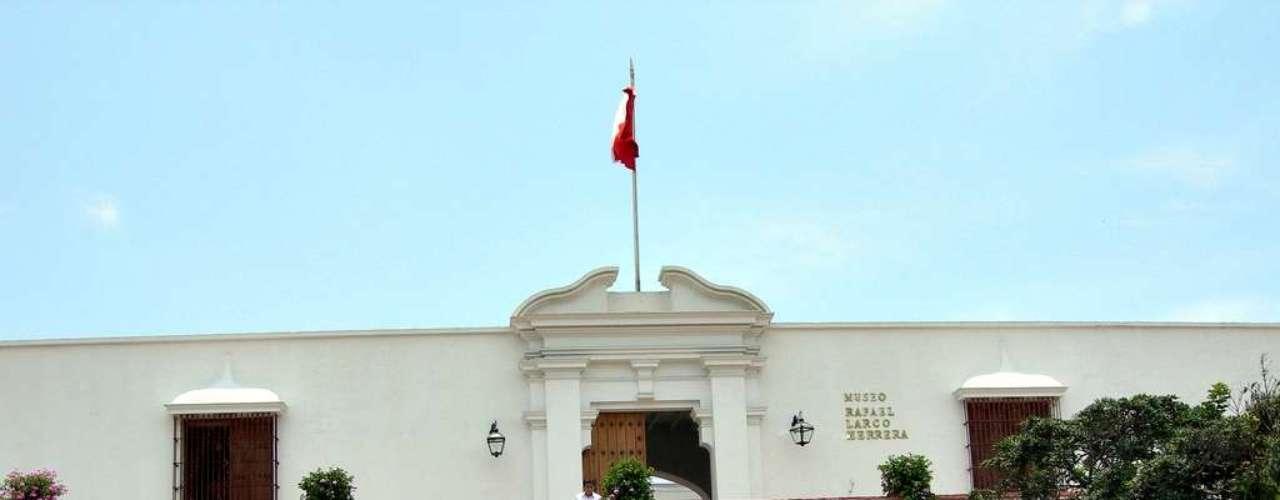 Museo Larco es una exhibición privada con una vasta colección de arte precolombino que permite conocer la historia de nuestros antepasados, que atrae a cientos de visitantes semanalmente por su singular galería de arte erótico.