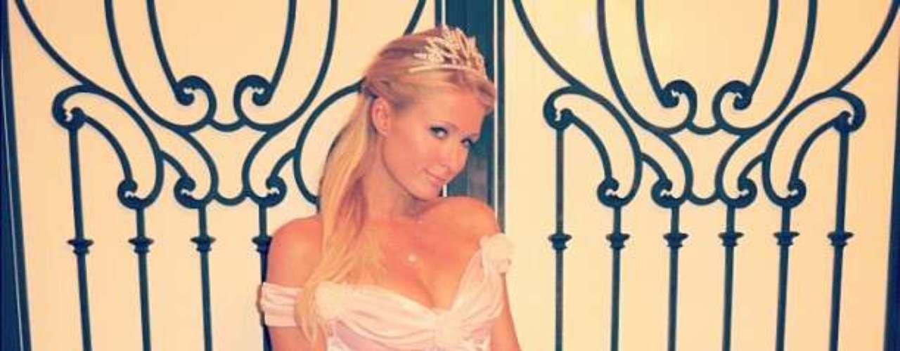 En la imagenla vemos con un vestido en seda que parece un disfraz de princesa.