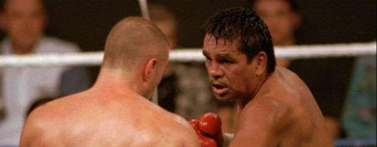 El panameño Roberto Durán intentó ganar un cinturón a los 47 años. Su última pelea fue a los 50 años en el 2001 ante el recientemente fallecido Héctor 'Macho' Camacho. 'Manos de Piedra' es mundialmente reconocido como el mejor peso ligero de todos los tiempos, y también como el más grande boxeador latinoamericano y uno de los mejores libra por libra del mundo en su momento de gloria.