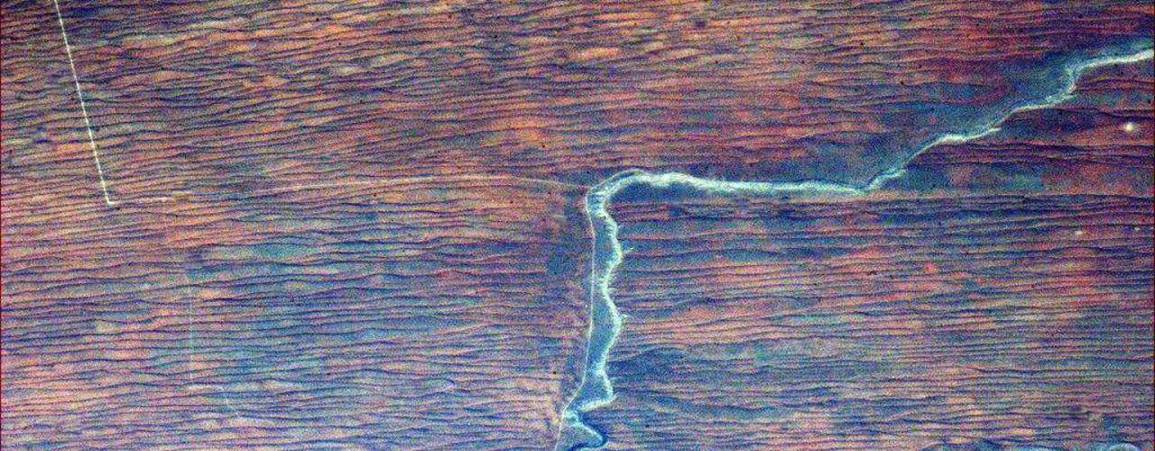 El astronauta canadiense Chris Hadfield actualmente vive en el espacio a bordo de la estación espacial ISS como ingeniero de vuelo en la Expedición 34. Mira algunas de las espectaculares fotos que ha publicado en su cuenta de Twitter. La mayoría de las descripciones son dadas por él mismo. En esta imagen comenta quecarreteras, un río, roca y arena roja crean una figura extraña en África.