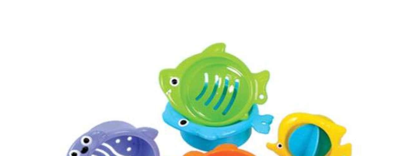 Under the Sea Water Sieves Bath Toy Un juguete de baño divertido que estimula el aprendizaje temprano! Objetos pequeños que funcionan , entre otras cosas, como peces. ¡Vierten, apilan, explorar! Los niños incluso pueden unirlos objetos para formar un tren largo bajo el agua. ¿Puedes nombrar cada criatura por su color? Un gran juguete de arena, también. Para edades de 6 meses en adelante.