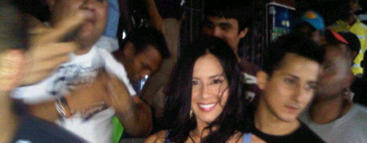 La venezolana es sencilla y carismática, no tiene problema con dejarse abrazar por sus seguidores.
