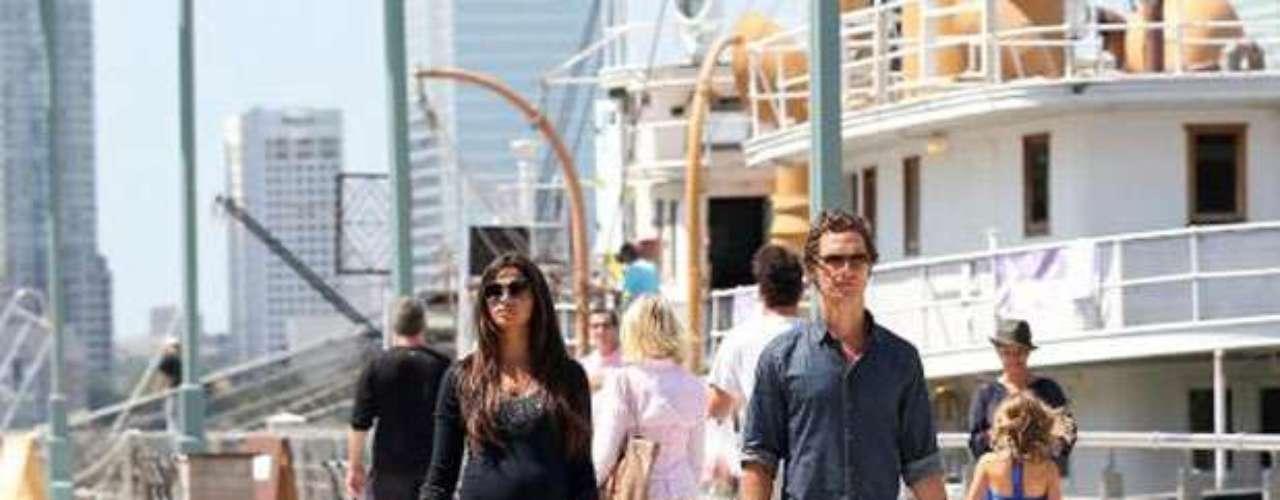 Camila Alves , muy embarazada y Matthew McConaughey con sus hijos, Levi y Vida