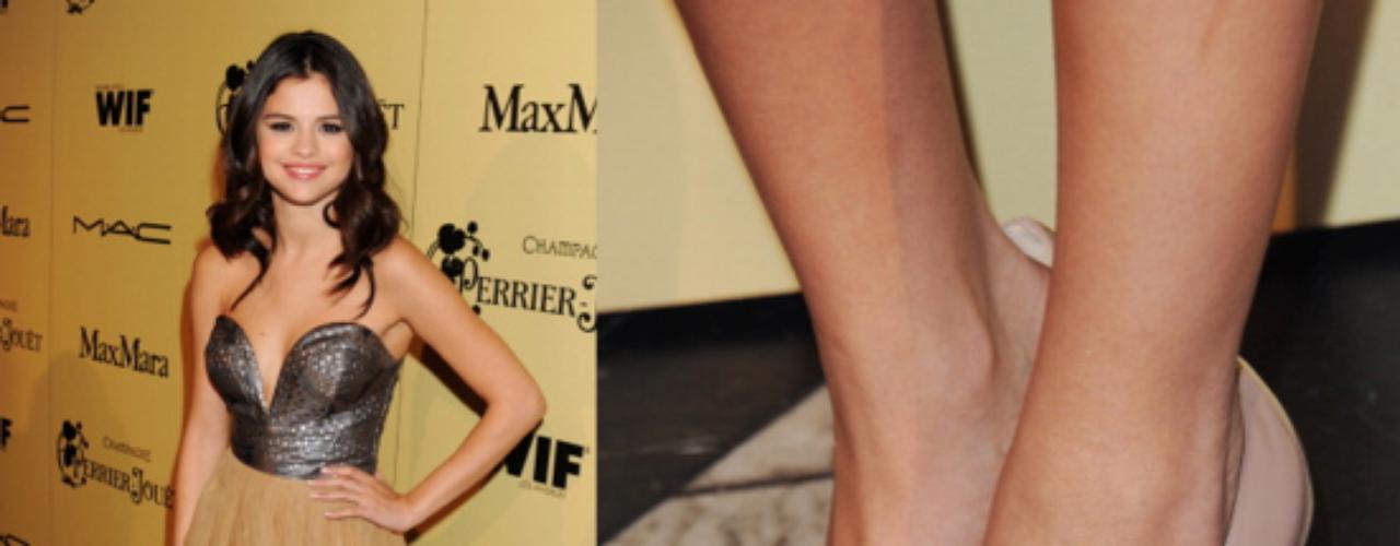 Unos zapatos beige del diseñadorChristian Louboutin es un diseño que tienen que tener todas las celebridades de Hollywood incluyendo Selena. Un clásico que no debe faltar para cualquier tipo de ocasión.