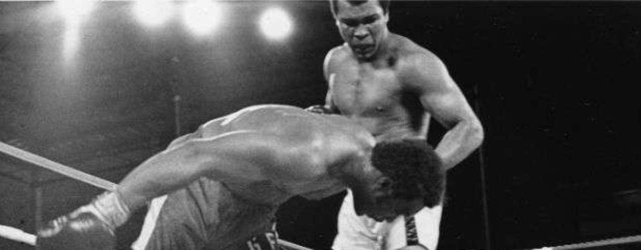 Otra víctima más de los puños de Muhammad Ali fue un histórico como George Foreman al que venció por nocaut en 1974. Ali pudo retener sus títulos mundiales.