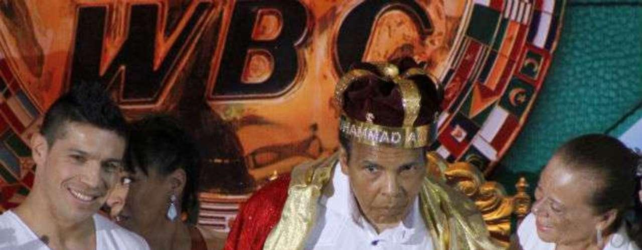 Muhammad Alí aún está vigente en el mundo del pugilismo. Tan es así que fue nombrado 'Rey del Boxeo Mundial' en diciembre pasado. Alí recibió la distinción en el marco de la inauguración de la 50 convención anual del Consejo Mundial de Boxeo (CMB) en Cancún, México. Sin duda una leyenda del deporte mundial.
