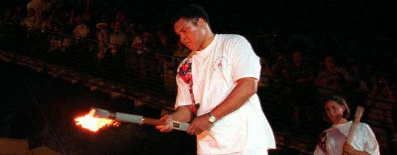 Pese a mostrar los evidentes signos del mal del Parkinson, Ali fue una figura simbólica para los Juegos Olímpicos de Atlanta 1996 al prender el pebetero.