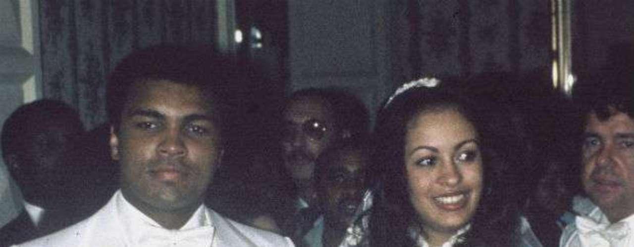 Ali en uno de sus tres matrimonios cuando contrajo nupcias con Veronica Porsche en 1977.