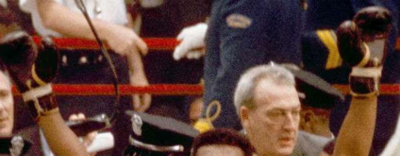 Como profesional, fue el primer boxeador en ganar tres veces el Campeonato de los pesos pesados. Conocido en principio como Cassius Clay, cambió su nombre tras unirse a la organización Nación del Islam en 1964 y convertirse al sunismo en 1965. En 1967, rechazó incorporarse al ejército estadounidense apelando a sus creencias religiosas y a su oposición a la Guerra de Vietnam.