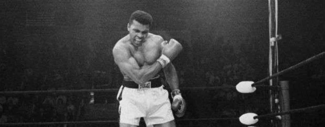 Dos de sus más grandes triunfos se dieron ante Sonny Liston al que derrotó  en 1964 y 1965 por nocaut y nocaut técnico. Esta foto es una de las clásicas de Ali.