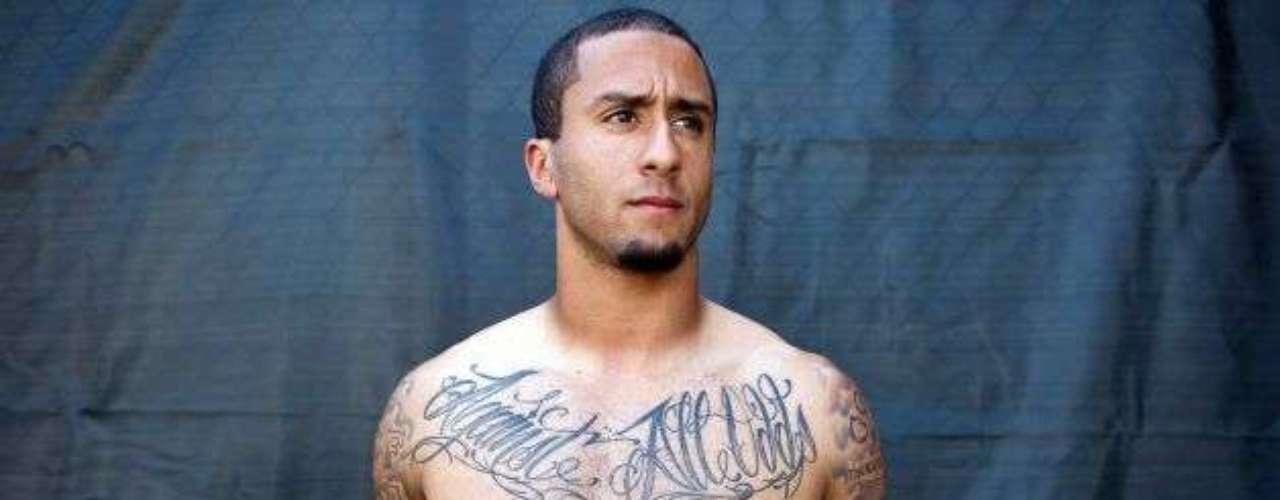 Nes Adrion, dueño de Endless Ink, la famosa tienda de tatuajes en Reno, Nevada, fue el encargado de realizar, en nueve largas sesiones, el 93 por ciento de los tatuajes de Kaepernick.