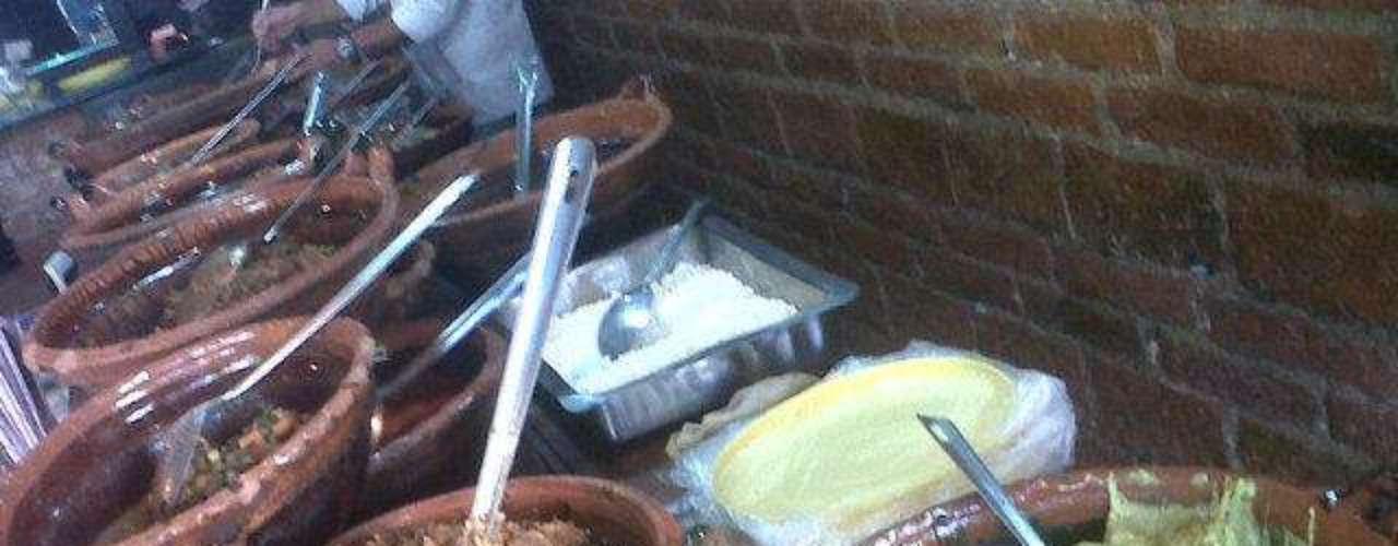 Tacos Gus. ¿Qué haríamos sin los tacos? En realidad no queremos imaginarlo. Una deliciosa y barata opción son los famosos Tacos Gus. Además de estar buenos, se lucen con la gran cantidad de alternativas a elegir. Hay los típicos de pastor, bistec, alambre, chicharrón, picadillo, hasta vegetarianos como torta de cilantro, chile poblano, nopal,etc. El precio oscila entre los 17 y 35 pesos, ah y también cuentan con cervezas artesanales. Cuentan con seis sucursales: http://www.grangus.com/ @tacosgus.