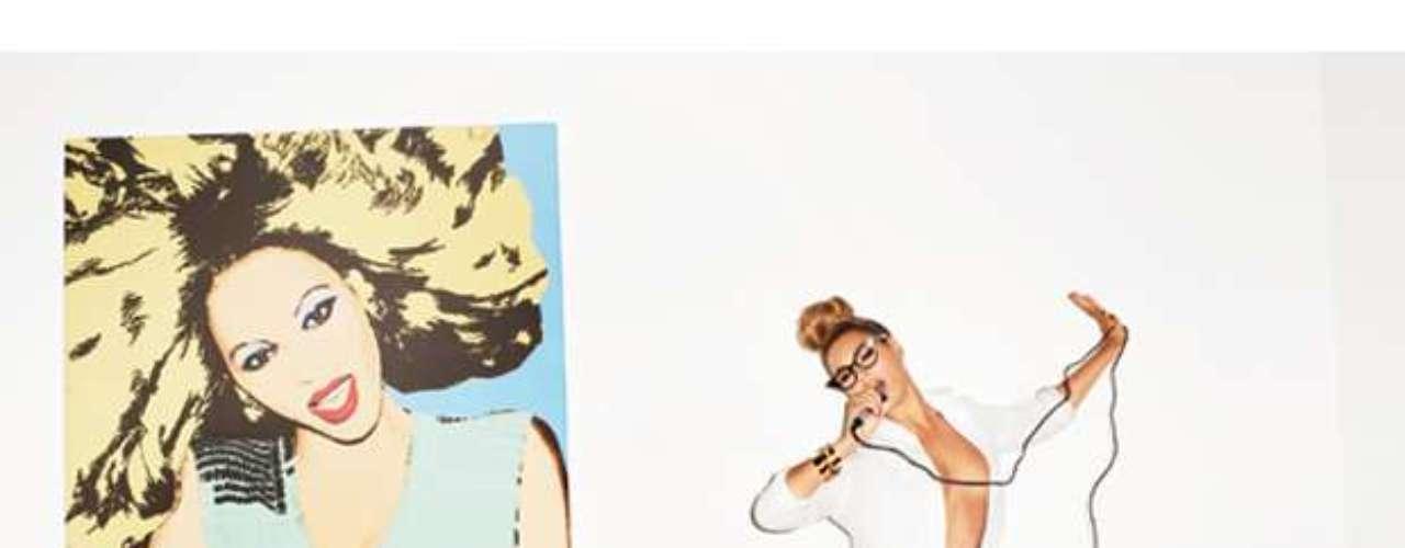 Desde la intimidad de su hogar, Beyoncé aparece posando, al natural y con poca ropa, en una candente sesión fotográfica con el reconocido fotógrafo Terry Richardson. Las imágenes capturadas en un video detrás de cámaras para la revista GQ, muestran a la diva luciendo sexy lencería mientras se pasea por distintas locaciones de su majestuosa morada. Este material sirve como preámbulo para promocionar la próxima presentación de la esposa de Jay-Z en el Super Bowl, donde será una de las figuras centrales. Prepárate para gozar con las mejores tomas a continuación.